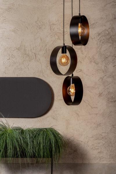 metalowa lampa wisząca z kloszami okręgami